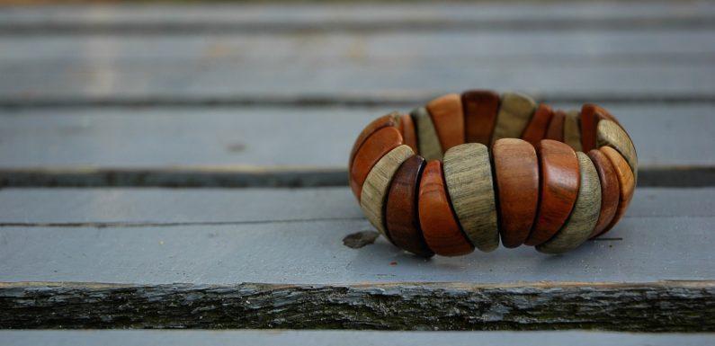 Le bracelet en bois pour femme, un bijou dans l'air du temps et original