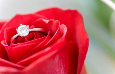 Bague de fiançailles fleur rouge