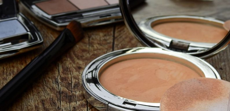 Fond de teint en poudre: le must have du maquillage
