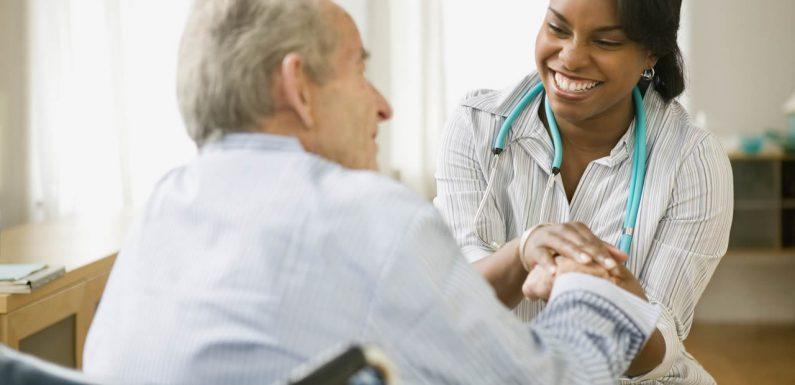 Aide à domicile ou maison de retraite: que choisir?